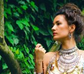 Which make-up should I wear with a bohemian chignon?