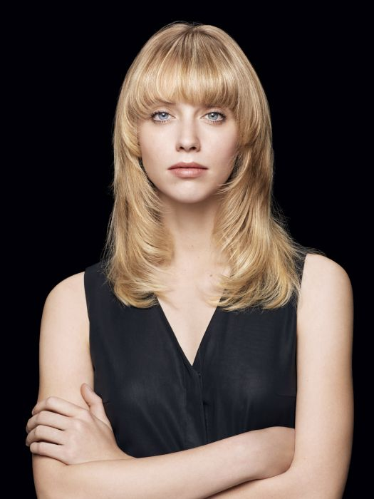 The rounded blow-dried look. A variation of the previous hairstyle, this third option focuses on the ultra-wide fringe by creating a straightened curved blow-dried look. The hair is perfectly straightened using a brush and hair dryer before being curved with straighteners at the tips to create rounded volume. The result: the locks remain free-falling and supple so that they have freedom of movement and the fringe takes on an even bolder more daring look.