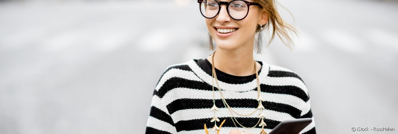 The messy chignon: an ideal hairstyle for those who wear glasses.