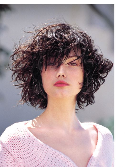 The de-styled look. Gone were the days of immaculate blow-drying. Jean Louis David freed women from the constraints of styling! The brand styled short cuts with styling products to create a de-styled look: a rebellious look associated with those who proudly demanded their independence.