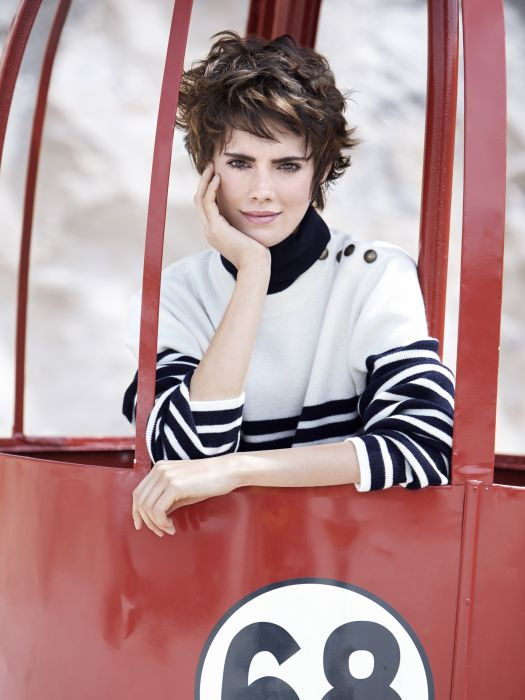 This short haircut has a daring edge with its wild yet feminine messy-styled effect.