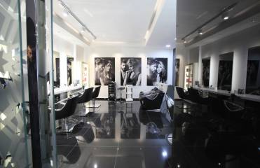 What happens during a morning in a Jean Louis David salon?