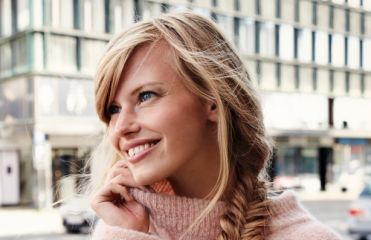 Hairstyle: create a fishtail side braid