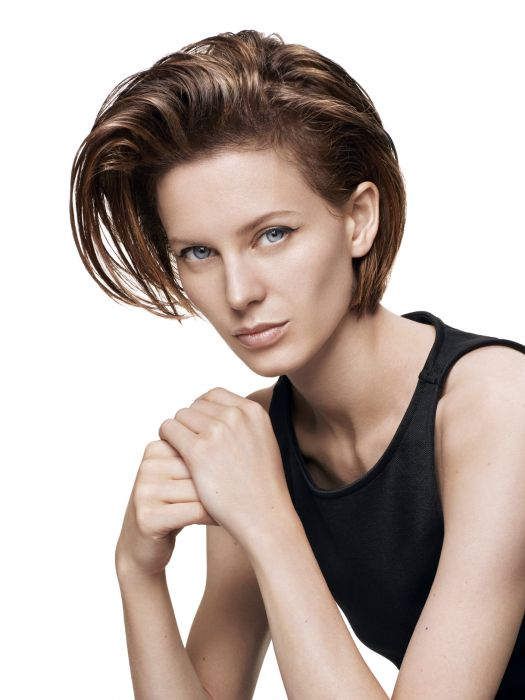 The grunge look. To emphasize the androgynous nature of short hair, Jean Louis David transforms this style with blow-dried straightening and XXL volume. The hair at the roots is reworked, lifted and curved using straighteners to give maximum volume to the bob. To give this hairstyle a slightly rebellious grunge edge, the side parting is roughly formed without using a comb. The locks are skilfully styled to create a messy tousled look with Shine Wax, a styling wax which gives a glossy sheen to your hair.