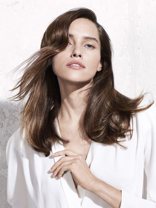 Broken-up movement: this hairstyle, created using straighteners, breaks up the waves before they form, whereas the tips are curved inwards and outwards. A daring and modern interpretation of this long cut, held in place using Fix Ultime extra hold hairspray.