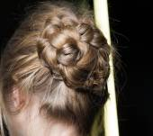 The braided chignon in 3 simple steps