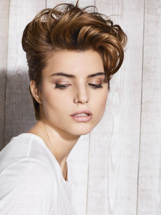 The exclusive Dry Set Volume technique gives this version a feminine look by lifting the hair at the roots and adding volume on top. The result: a soft quiff for a devastatingly charming style.