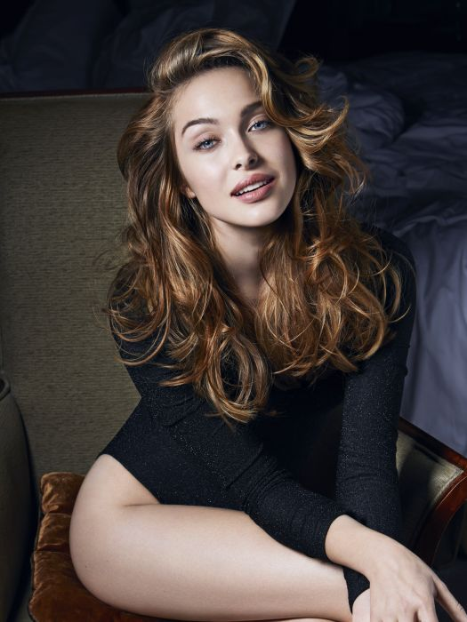 To rock these sexy cascading waves which give a new look to your locks, all of the hair is curled using large diameter curling tongs to create large voluminous curls. Then, the locks are styled using a wide tooth comb to relax the curls without breaking them. This creates that irresistible nineties blow-dried effect. A mist of Fix Ultime extra-hold hairspray is then applied as a finishing touch to hold both the volume and your curls' bounce in place. With this wavy cut, you can wave goodbye to limp lifeless hair!