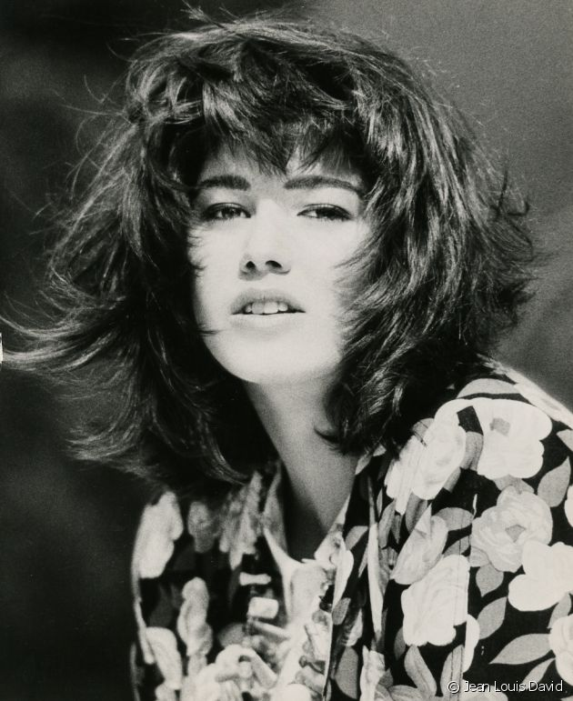 A real institution back then, XXL blow-drying was focused at the roots to lift the hair as much as possible and create this extreme ruffled effect. Texturized and held in place with lashings of hairspray, this hairstyle's tips curved inwards to dynamically highlight the contours of the face.