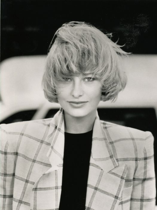 With the thinned-out tips softening the bold aspect of this cut, and perfectly reducing its blow-dried volume, Jean Louis David brought out the feminine side of the bowl cut on short hair.