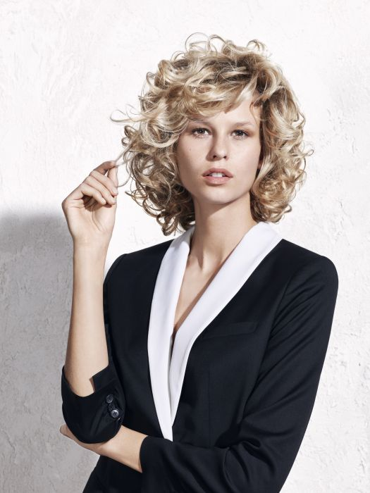 The eighties style: this hairstyle, inspired by the 1980s, attracts attention with its glamorous and voluminous curls. Created using Jean Louis David's Perfect Curl, it will give your hair a boost with a light, bouncy feel.