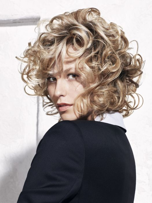This retro-inspired hairstyle, with highly defined curls, has a more modern look thanks to its delicate texture.