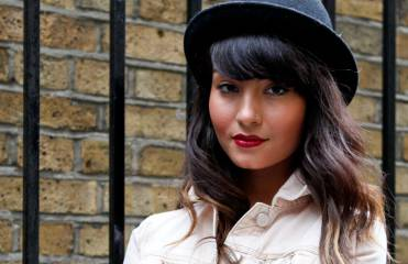 Combine a felt hat with a fringe: Streetstyle
