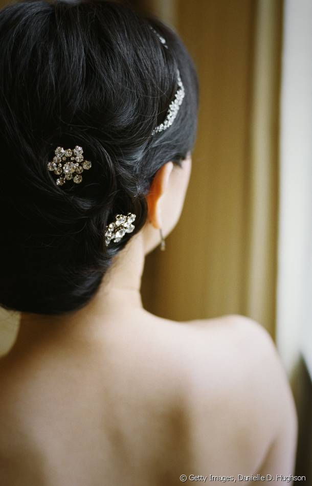 A headband, hair slides...Try out a chic chignon for a bohemian look!