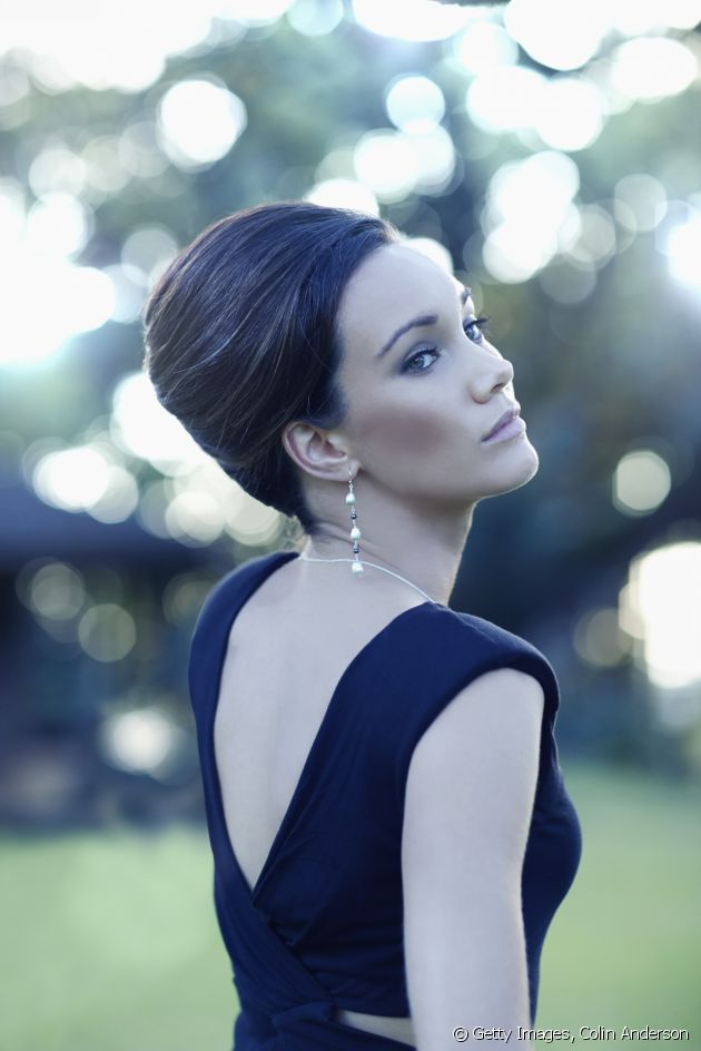 Chignons, the wet look, a messy-styled effect... three options to enhance your sheath dress.