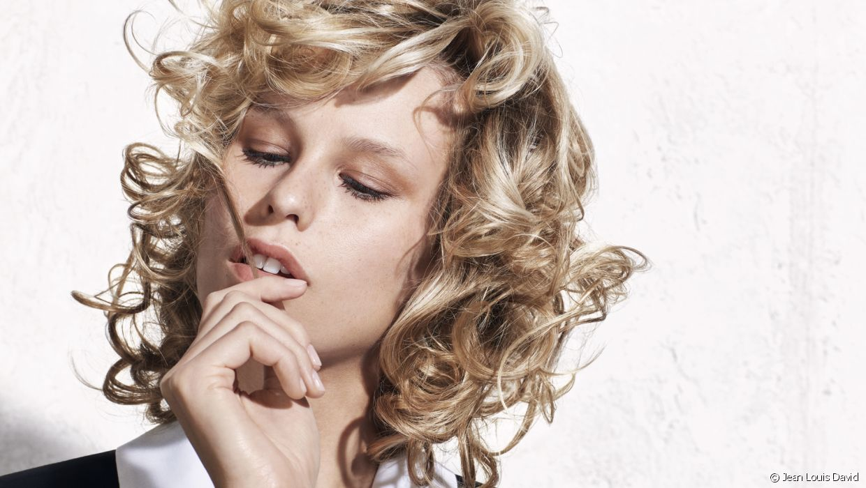 For this version, the mid-length cut showcases voluminous curls all over. A glamorous hairstyle inspired by the 1980s.
