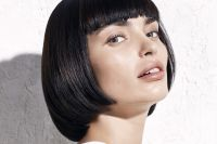 The short bold bob attracts attention with its straight lines.