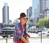 Streetstyle: perfect your side braid with a fedora hat