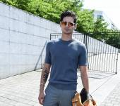 Men: using a fixing styling product: Streetstyle