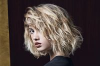 To give a wild style to this layered bob, all of the hair is prepped using Perfect Curls definition gel, which is ideal for creating beautiful waves. Applied to damp hair, this gel preserves the natural suppleness of your locks and makes them even more malleable so that you can create loose curls by wrapping your short hair around your fingers then leaving it to air dry. Your hair is then messy-styled with a few squirts of Beach Spray, a salt water solution that allows you to scrunch your locks and create that incredible rock chick look!