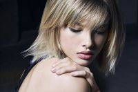 Here, the bob cut has an ultra-natural straightened effect created by blow-drying with a flat brush and Brush Cream, a product that facilitates styling. In theory, the hair dryer should constantly follow the back-and-forth movement of the brush down each section, going from the roots down to the tips so that your locks are straightened without diminishing your hair's natural volume. Add a touch of Nutri serum to hydrate the tips and make them shine, and that's all there is to it!